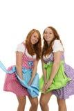 Zwei bayerische gekleidete Mädchen, die mit Wind kämpfen Lizenzfreie Stockfotografie