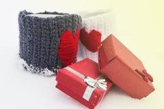 Zwei Becher mit roten Herzen, Geschenke Stockfotos