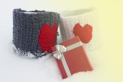 Zwei Becher mit roten Herzen, Geschenke Stockfotografie