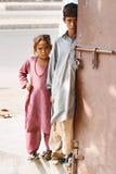 Zwei bedürftige pakistanische Kinder, die Nächstenliebe warten stockfoto