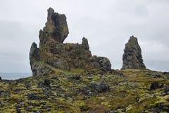 Zwei bedeutende Basaltbildungen bei Londrangar Lizenzfreies Stockfoto