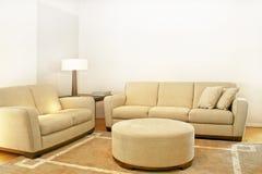 Zwei beige Sofas stockfotografie