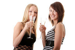 Zwei beiläufige junge Frauen, die Champagner genießen Stockfotografie