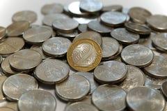 Zwei belarussische Rubel prägen auf einem Stapel von Rubeln Lizenzfreie Stockfotografie