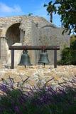Zwei Bell, die am Auftrag San Juan Capistrano hängen Stockfotografie