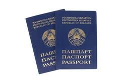 Zwei belorussische Pässe auf einem weißen Hintergrund lizenzfreies stockbild