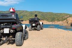 Zwei bemannt in den Schutzhelmen fährt ATV stockfotos