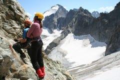 Zwei Bergsteiger, die oben schauen Stockbild