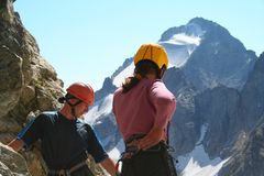 Zwei Bergsteiger, die unten schauen lizenzfreie stockfotografie