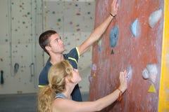 Zwei Bergsteiger in kletternder Turnhalle zuhause Stockbilder