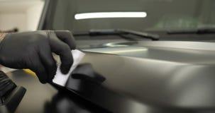 Zwei Berufsmeister in der Automalerei und -keramik überlagerten eine Schicht stock footage