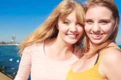 Zwei beste Freunde der Frauen, die den Spaß im Freien haben Stockfotografie