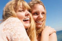 Zwei beste Freunde der Frauen, die den Spaß im Freien haben Lizenzfreie Stockfotos