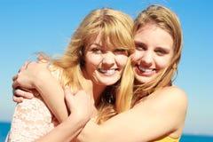 Zwei beste Freunde der Frauen, die den Spaß im Freien haben Stockbilder
