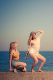 Zwei beste Freunde der Frauen, die den Spaß im Freien haben Lizenzfreie Stockfotografie