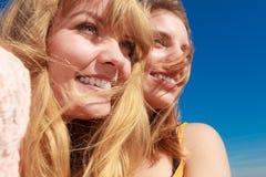 Zwei beste Freunde der Frauen, die den Spaß im Freien haben Lizenzfreies Stockbild