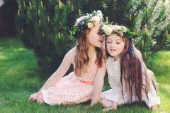 Zwei beste Freunde zusammen im Garten Lizenzfreie Stockbilder