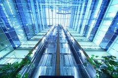 Zwei bewegende Aufzüge in Wolkenkratzer Nordkontrollturm Stockbild