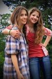 Zwei BFF-Mädchen lizenzfreie stockbilder