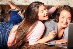 Zwei BFF-Teenager-Vernetzung stockfoto