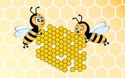 Zwei Bienen, die Bienenwabe anhalten Lizenzfreie Stockfotografie