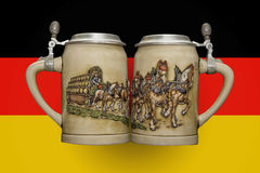 Zwei Bierkrüge auf dem Hintergrund der Flagge Stockfoto