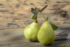 Zwei Birnen auf Holz lizenzfreie stockfotos