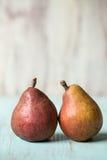 Zwei Birnen auf Purpleheart-Tabelle Stockbilder