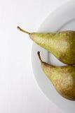 Zwei Birnen auf weißer Platte Lizenzfreie Stockbilder