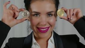 Zwei Bitcoins in den Händen stock video footage