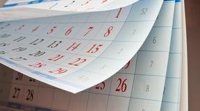Zwei Blätter Kalender mit den roten und schwarzen Zahlen Lizenzfreie Stockfotos