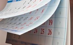 Zwei Blätter Kalender mit roten Zahlen Lizenzfreie Stockbilder
