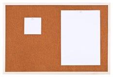 Zwei Blätter Papier auf Bulletinkorkenbrett Stockbild