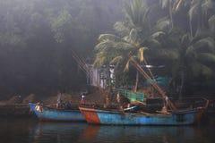Zwei blaue Boote im Wasser auf einem Goan-Dorf stockfotografie