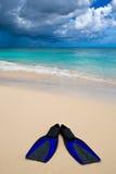 Zwei blaue Flipper auf dem weißen Sandstrand Lizenzfreies Stockbild