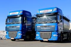 Zwei blaue LKWs DAFs XF 105 Lizenzfreie Stockfotografie