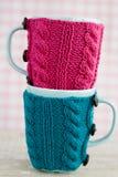 Zwei blaue Schalen in der blauen und rosa Strickjacke Stockfoto