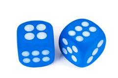Zwei blaue Würfel auf weißem Hintergrund. Stockfotos