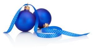 Zwei blaue Weihnachtsbälle und -band lokalisiert auf weißem Hintergrund Stockfoto
