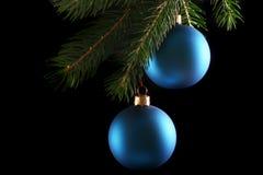 Zwei blaue Weihnachtskugeln Lizenzfreies Stockfoto