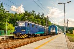 Zwei blaue Züge an der Station in der Tschechischen Republik stockbild
