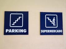 Zwei blaue Zeichen auf Treppenhausschachtwand Stockbilder