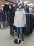 Zwei blinde Männer und Frauen in den Jacken und in den Jeans im Speicher Stockbilder