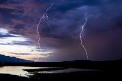 Zwei Blitzschläge Stockbild