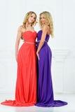 Zwei blonde Frauen in den Abendkleidern. Stockfoto