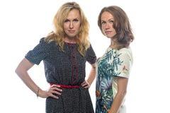 Zwei blonde Frauen, die Kamera betrachten Stockbild