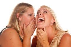 Zwei blonde Frauen-flüsternde Geheimnisse Stockfotos