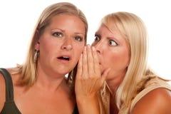 Zwei blonde Frauen-flüsternde Geheimnisse Lizenzfreie Stockfotos