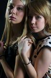 Zwei blonde junge Frauen in einer Rückseite Stockbilder