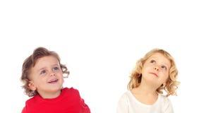 Zwei blonde Kinder, die oben schauen Stockfotografie